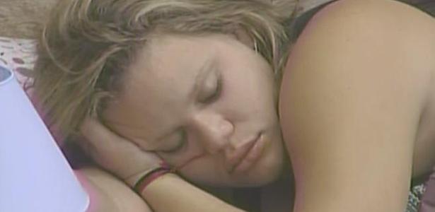 Paula tenta recuperar-se da última balada e aproveita para dormir nesta quinta-feira (10/3/11)