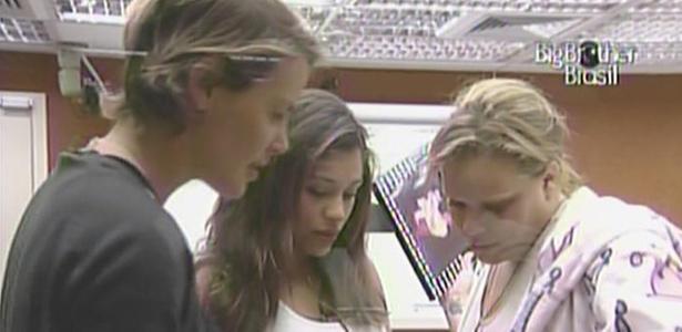Paula mostra suas fotos do quarto do líder para Maria e Diana (11/3/11)