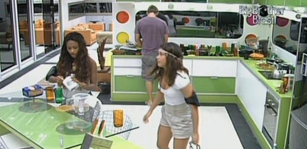 Maria e Jaqueline reclamam que estão engordando dentro da casa (12/3/11)