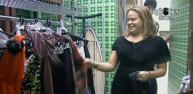 Paula recebe as roupas dos