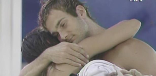 Maria diz a Wesley que não se arrepende de ter ficado com ele e os dois se abraçam (13/3/11)