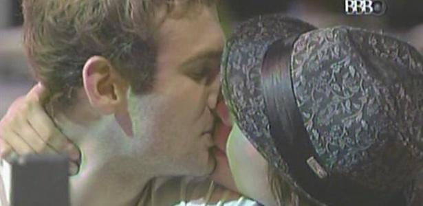 Maria finalmente desiste de Mau Mau e beija Wesley (13/3/11)