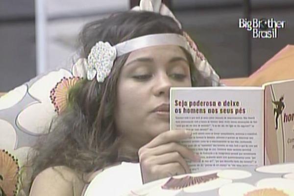 Maria lê trechos do livro