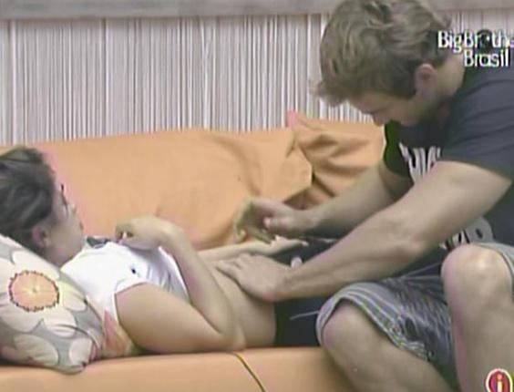 Maria reclama de dor de estômago e Wesley resolve preparar um chá para a