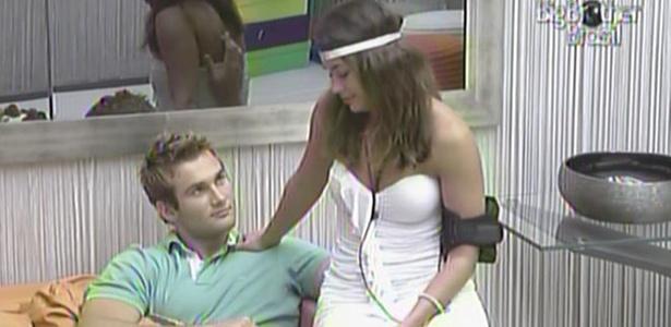Maria senta ao lado de Wesley, momentos antes da eliminação desta noite (13/3/11)