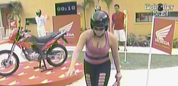 Paula completa a prova da comida em 38 segundos, permanece na casa de luxo e fatura uma moto (13/3/11)