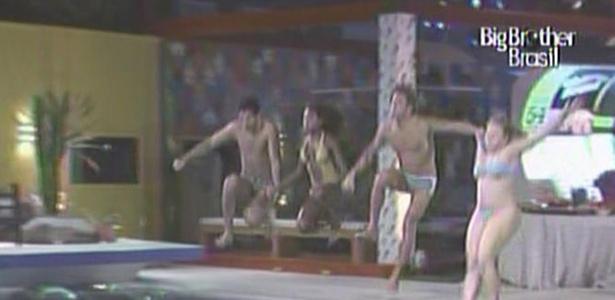 Rodrigão, Jaqueline, Mauricio e Paula pulam juntos na piscina (13/3/11)