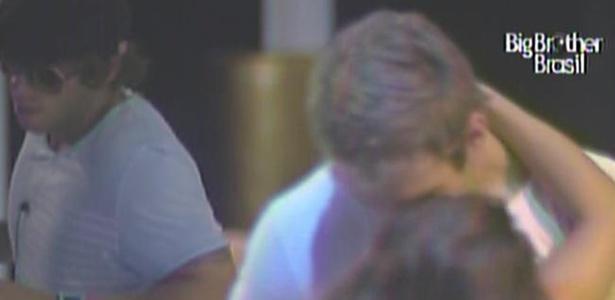 Wesley e Maria se beijam com Mauricio dançando ao fundo (13/3/11)
