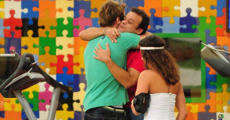 Após vencer prova do líder, Daniel recebe um abraço de Wesley (13/3/11)