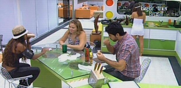 Jaqueline, Rodrigão e Paula fazem um lanche na noite deste domingo (13/3/11)
