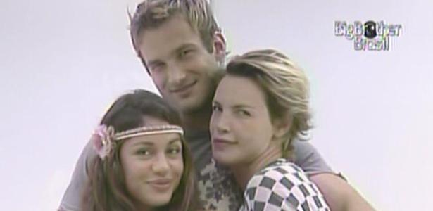 Maria, Wesley e Diana posam em frente ao espelho da casa de luxo (14/3/11)