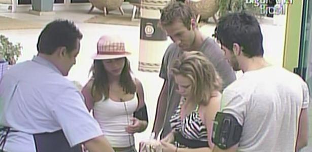Rodrigão e Wesley ajudam Maria e Paula durante as compras desta segunda-feira (14/3/11)