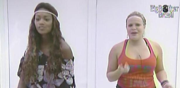 Sem ter certeza que haverá show na casa, Jaque e Paula se arrumam e dançam em frente ao espelho (14/3/11)