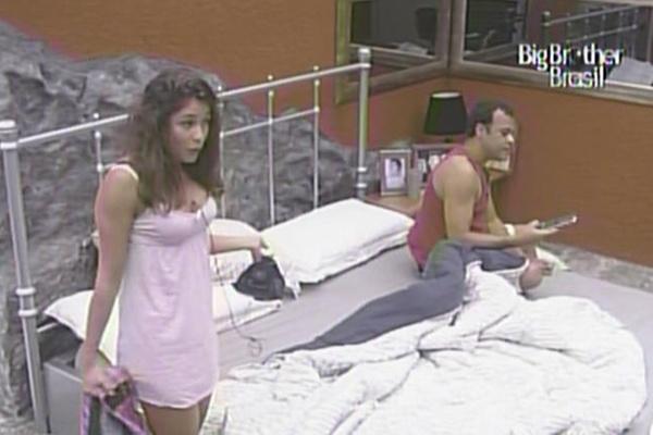 Maria e Daniel elogiam Wesley antes de dormir no quarto do líder (15/3/11)