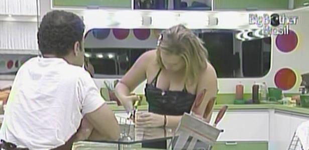 Paulinha sofre para abrir lata na cozinha e é observada por Daniel (15/3/11)