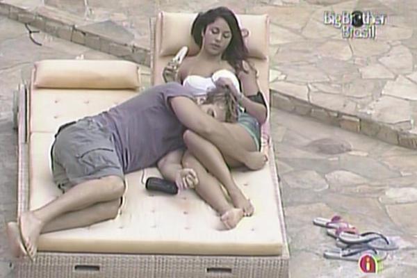 Wesley deita no colo de Maria e dorme, enquanto a