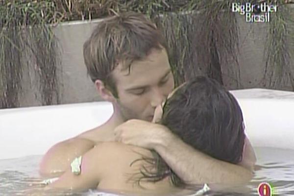 Wesley e Maria se beijam na banheira da casa (15/3/11)