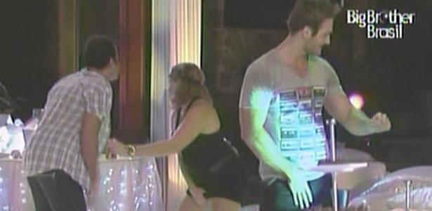 Daniel, Paula e Wesley se empolgam na pista de dança (16/3/11)