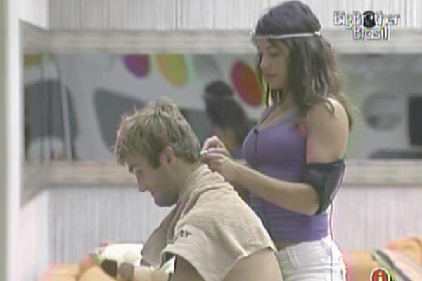 Maria corta o cabelo de Wesley com uma lâmina de barbear (16/3/11)