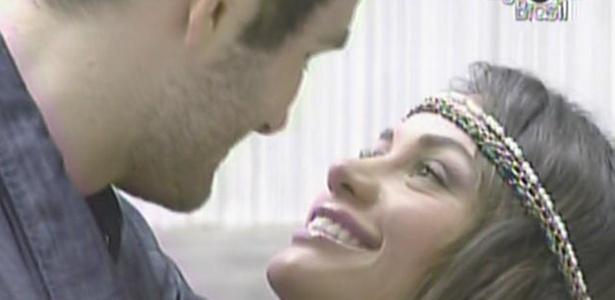 Wesley chega bem pertinho de Maria, mas diz que não irá beijá-la para não estragar a maquiagem da