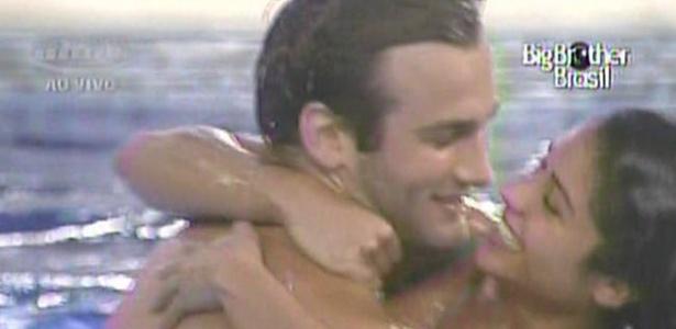 Wesley e Maria trocam beijos e abraços na piscina da casa (16/3/11)