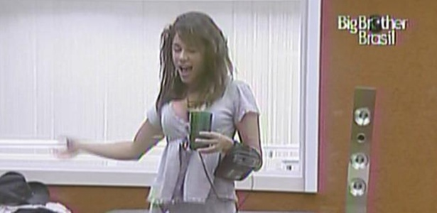 Maria acorda animada e dança no quarto do líder nesta manhã de prova do líder (17/3/11)