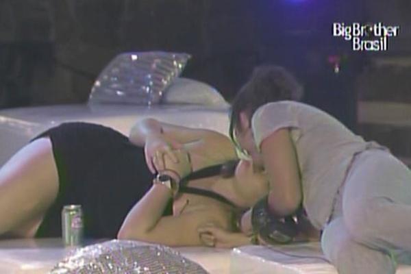 Paula ganha selinho de Maria na festa sertanejo universitário (17/3/11)