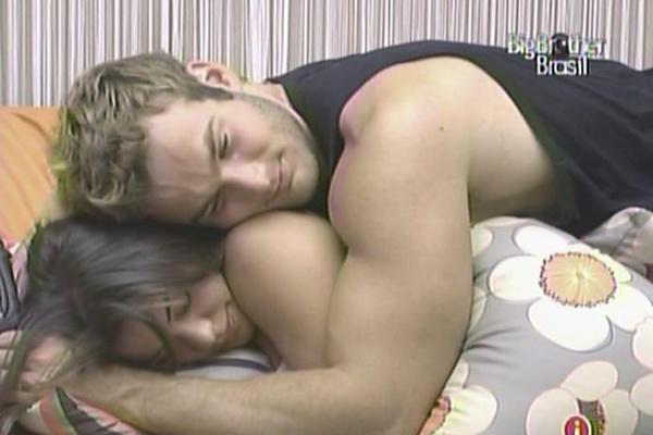 Maria recebe carinho de Wesley no sofá da casa de luxo (18/3/11)