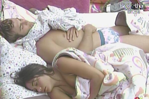 Maria e Wesley dormem no quarto jujuba nesta tarde (19/3/11)