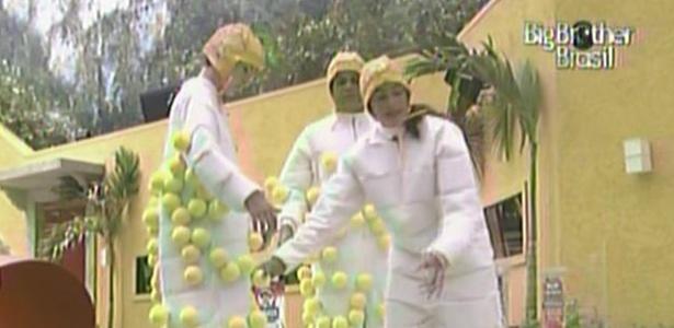 Daniel, Diana e maria contabilizam as bolas durante a prova da comida (20/3/11)