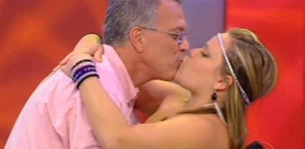 Paula é eliminada, mas ganha beijo de seu grande ídolo Pedro Bial (20/3/11)