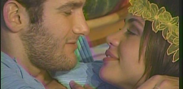 Wesley e Maria ficam em clima de romance durante a festa luau (20/3/11)