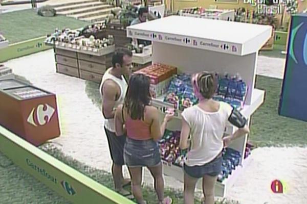 Daniel, Diana e Maria fazem compras no mercadinho (21/3/11)