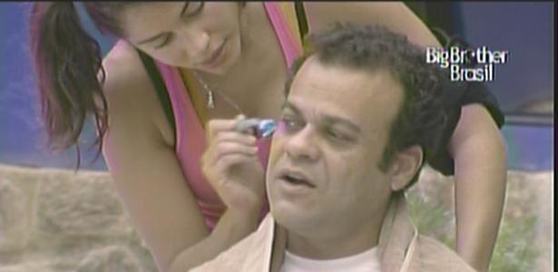 Maria corta os cabelos de Daniel e diz que ele estava parecendo o Cascão, da Turma da Mônica (21/3/11)