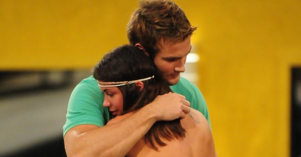 Maria dá os parabéns a Wesley pela vitória na prova do líder (20/3/11)