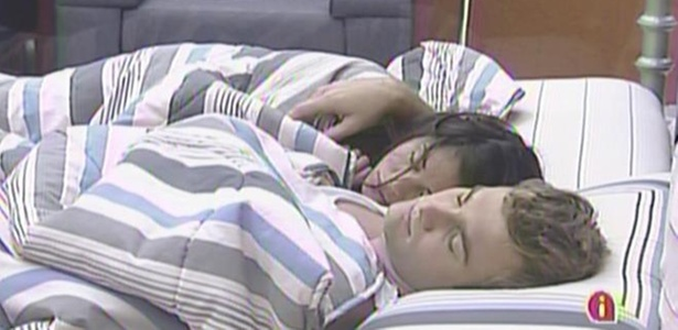 Maria e Wesley dormem abraçados nesta manhã (22/3/11)