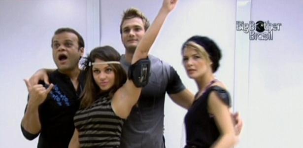 Daniel, Maria, Wesley e Diana dançam na frente do espelho (23/3/11)