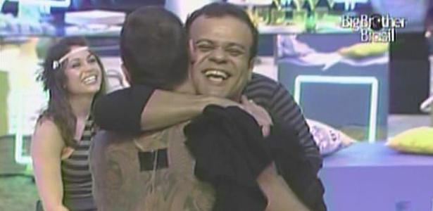 Daniel se despede de Dinho Ouro Preto depois do show (23/3/11)