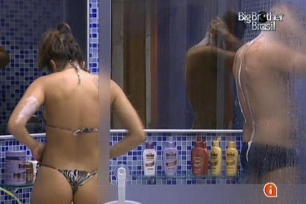 Maria e Daniel tomam banho juntos na casa de luxo (23/3/11)