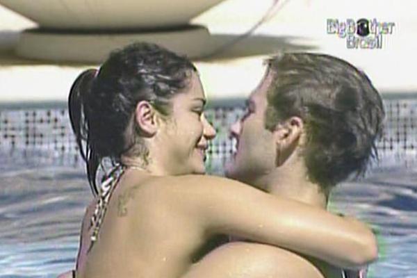 Maria e Wesley ficam grudados na piscina (24/3/11)