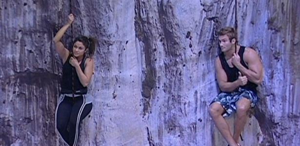 Maria e Wesley ficam pendurados em cordas na prova de resistência, primeira etapa da última prova do líder do BBB11 (24/3/11)