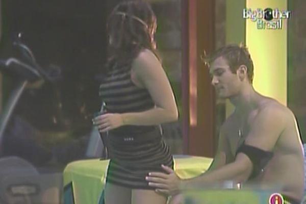 Maria provoca Wesley com dança sensual durante a festa boate (23/3/11)