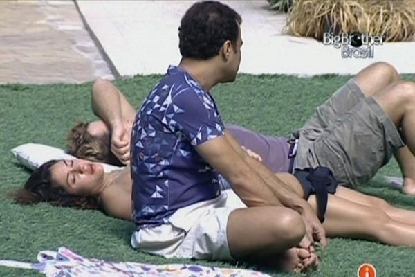 Daniel senta ao lado de Maria e Wesley, mas evita falar com a