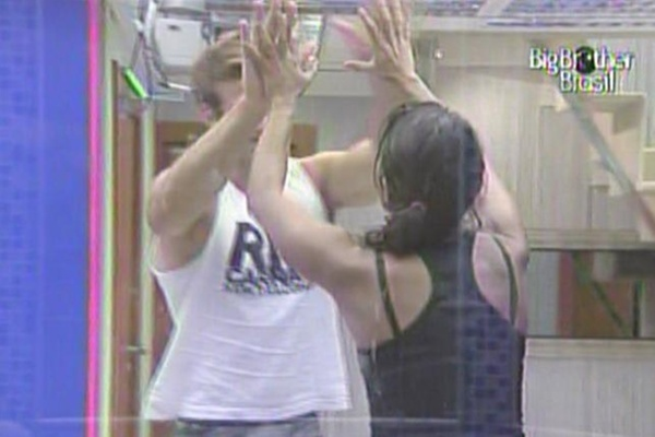 Maria comemora com Wesley sua vitória em prova de resistência (25/3/11)