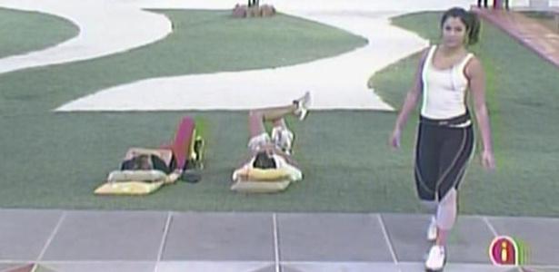 Na área externa da casa, Diana, Daniel e Maria aguardam início da segunda etapa da prova do líder (25/3/11)