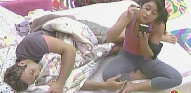 Wesley cochila enquanto Maria faz a maquiagem no quarto Jujuba (25/3/11)