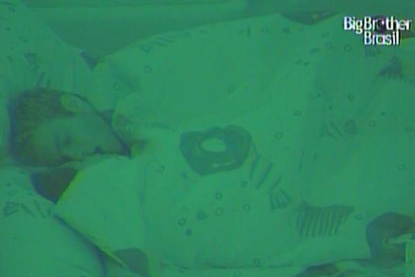 Maria e Wesley se beijam antes de dormir na madrugada deste sábado (26/3/11)
