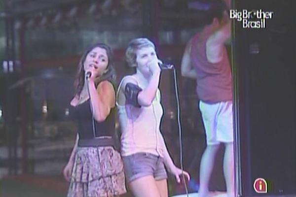 Maria e Diana derrapam no inglês ao cantar