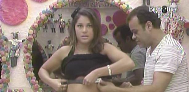 Maria recebe ajuda de Daniel para colocar medidor de batimentos cardíacos (27/3/11)
