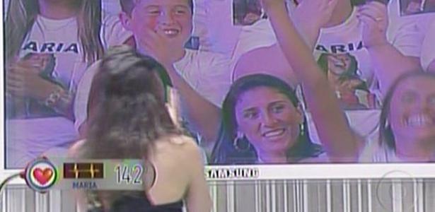 Maria se emociona ao ver seus amigos e familiares na plateia (27/3/11)